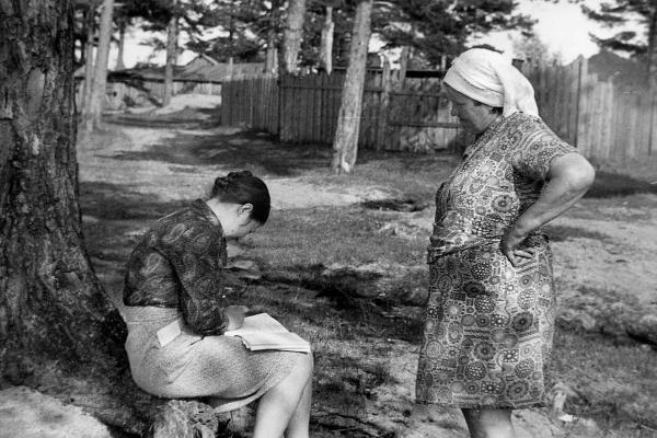 Г. Пертоминск. Участник экспедиции 1982 г. в Приморский район Г.А. Григорьева записывает сведения о приобретённых предметах музейного значения.