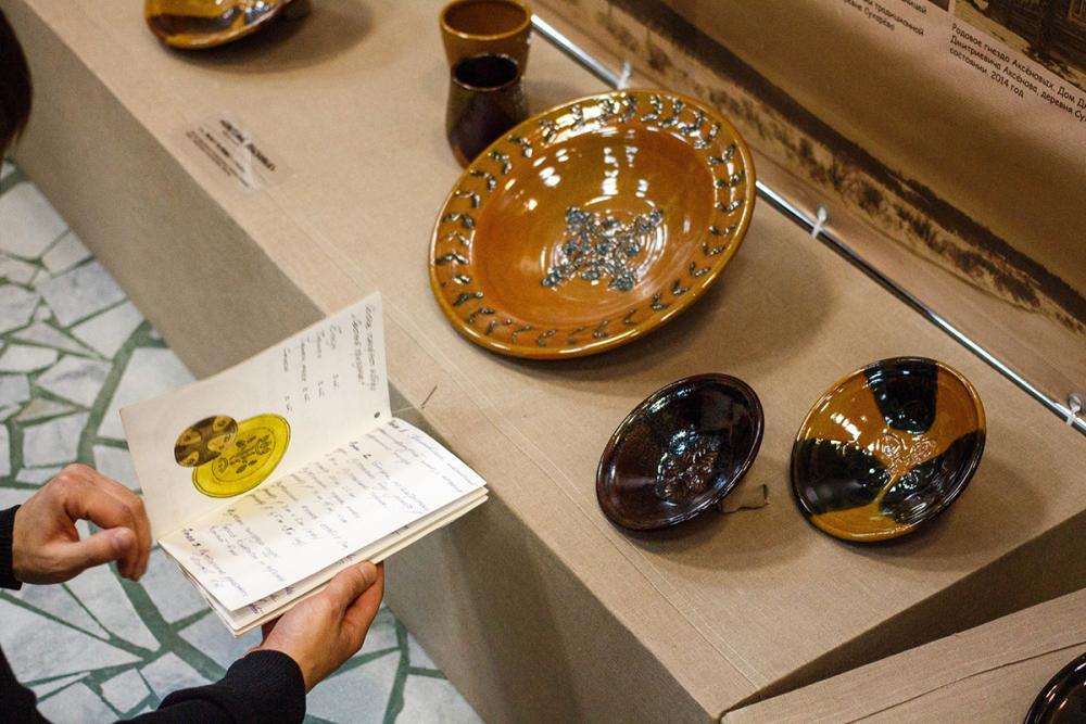 Набор гончарной посуды для праздничной трапезы «Светлый праздник». Автор – Чиркова Ю.