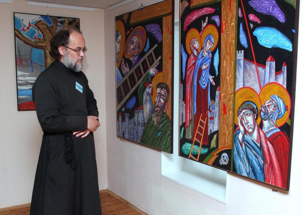 На выставке «Кресты как окна» художника Вика (Забелина В.Ю.)