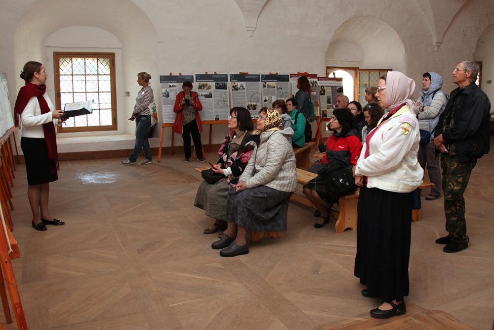 Презентацию выставки «Православные братства на Русском Севере» проводит представитель культурно-просветительского фонда «Сретение» И.П. Пономарёва