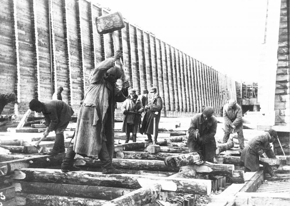 Труд заключённых на строительстве ББК. Источник: https://pbs.twimg.com/media/EJ0bZikWoAYq4xX.jpg