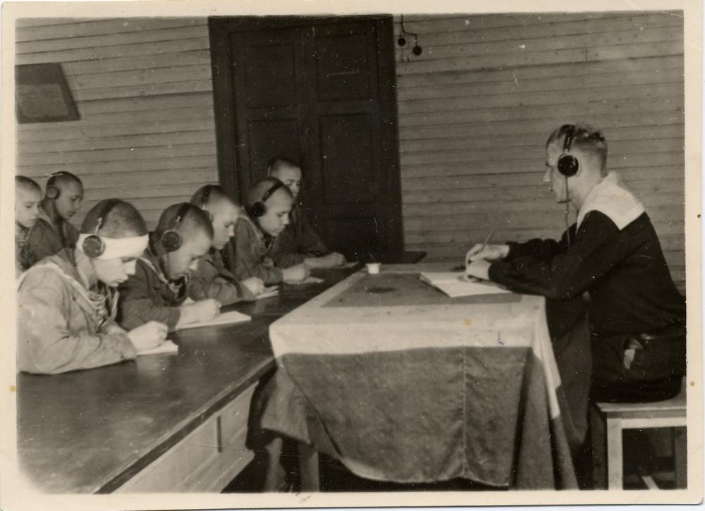 Занятия радистов СШЮ ВМФ. Фото 1942-1944 гг.