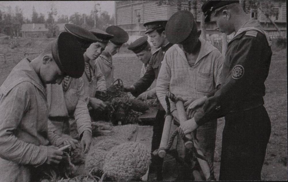 Будущие боцманы на занятиях по такелажному делу.  Савватьево. Июль 1944 г.