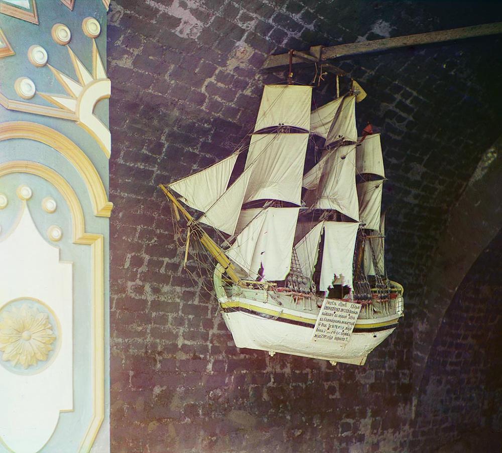 Модель судна, на котором Петр Первый посетил Соловецкий монастырь в 1694 г. Общий вид Соловецкого монастыря. Фотограф Прокудин-Горский.