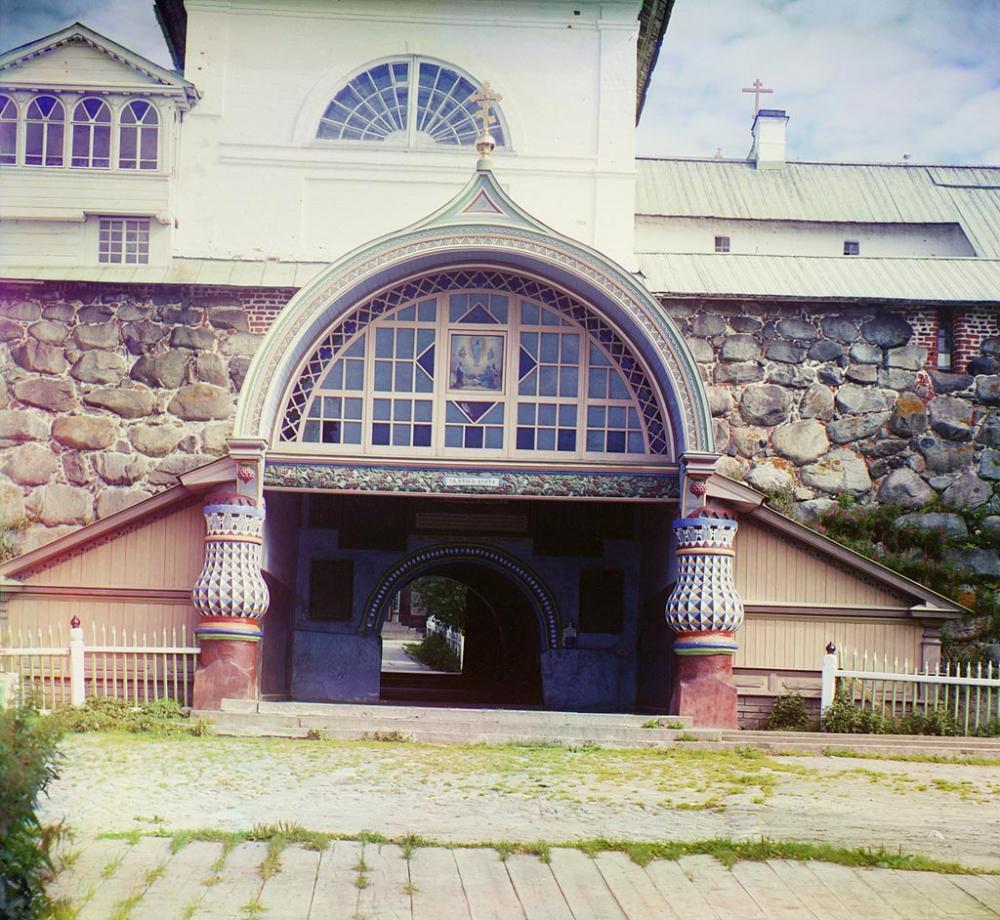 Святые ворота под Благовещенской церковью. Общий вид Соловецкого монастыря. Фотограф Прокудин-Горский.