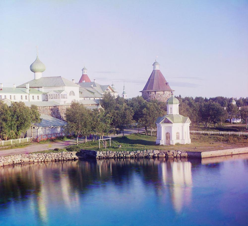 Вид на монастырь из гостиницы. Общий вид Соловецкого монастыря. Фотограф Прокудин-Горский. 1916 г.