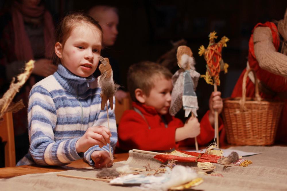 В детских руках куклы оживают