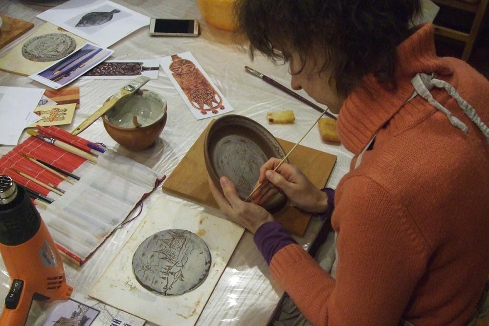 Техника «сграффито»: процарапывание рисунка по белому ангобу (белой глине)