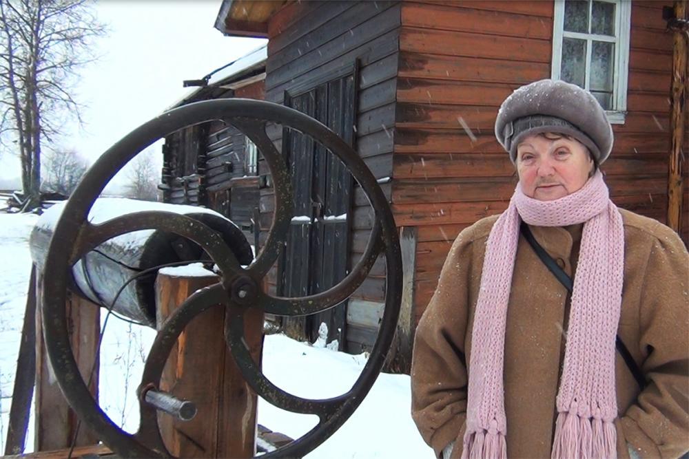 Горбатова Т.В., исследователь Сомовского промысла, в деревне Сомово у дома гончаров Полежаевых