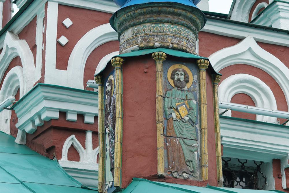 Керамические иконы на барабанах церкви Успения в Гончарах. Москва. Конец XVII в.