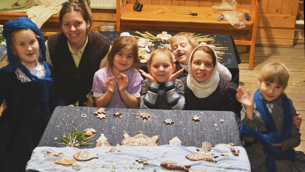 Авторы с пряничной картиной «Рождество на Соловках»
