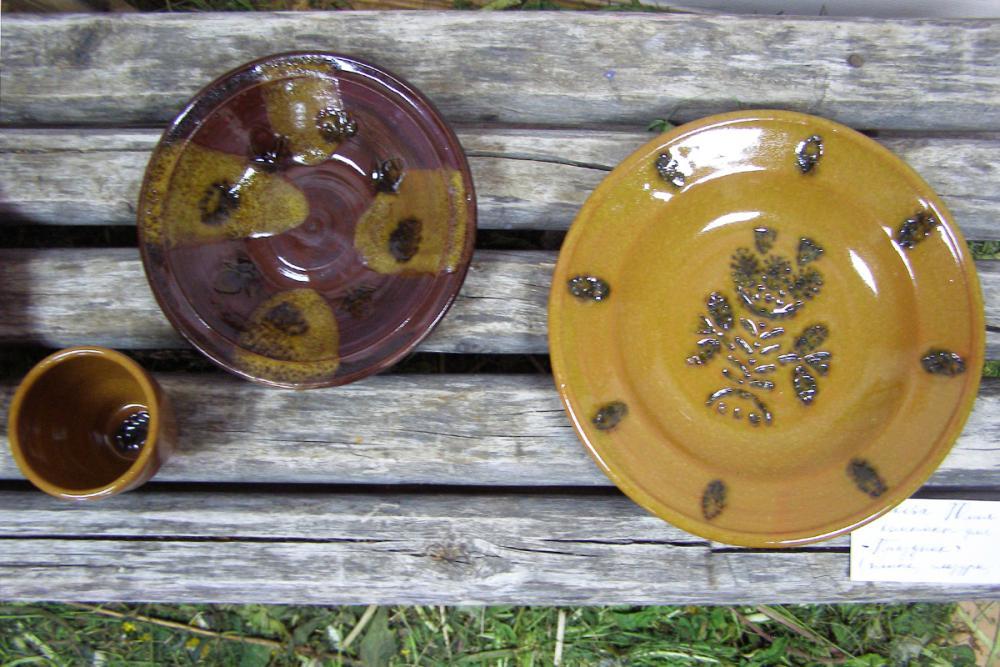Предметы из набора гончарной посуды для праздничной трапезы «Светлый праздник». Автор – Юлия Чиркова