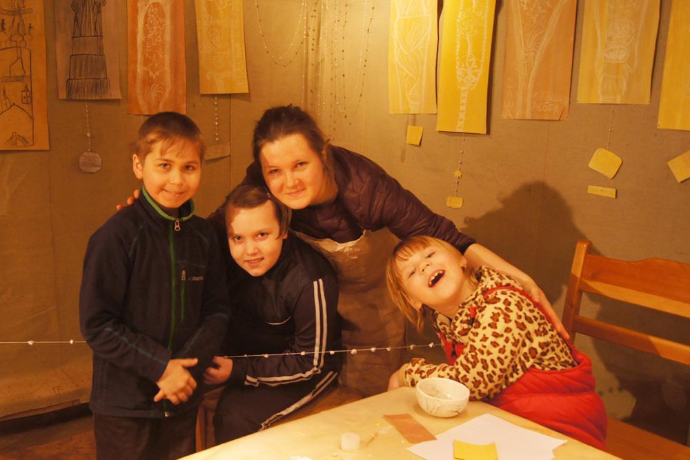 Участники выставки с художником-педагогом Ольгой Лаврешовой