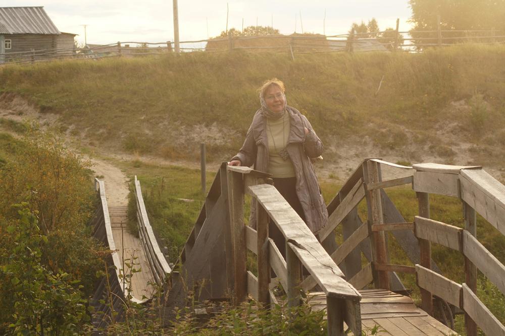 Научный сотрудник экспедиции Волкова Е.В. на мосту в д. Пурнема